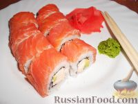 Фото к рецепту: Урамаки-роллы с семгой и икрой мойвы