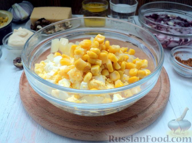 Фото приготовления рецепта: Салат с курицей и ананасом - шаг №9