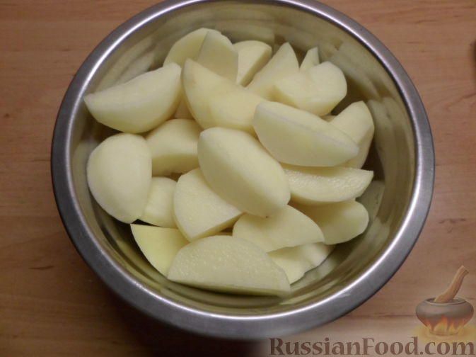 Фото приготовления рецепта: Салат с консервированной фасолью, кукурузой, сухариками и зеленью - шаг №7
