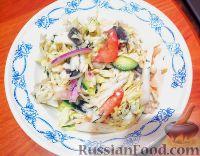 """Фото к рецепту: Салат """"Легкий"""" с китайской капустой, курицей и грибами"""