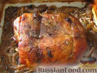 Фото к рецепту: Свиная шея, запеченная на луке