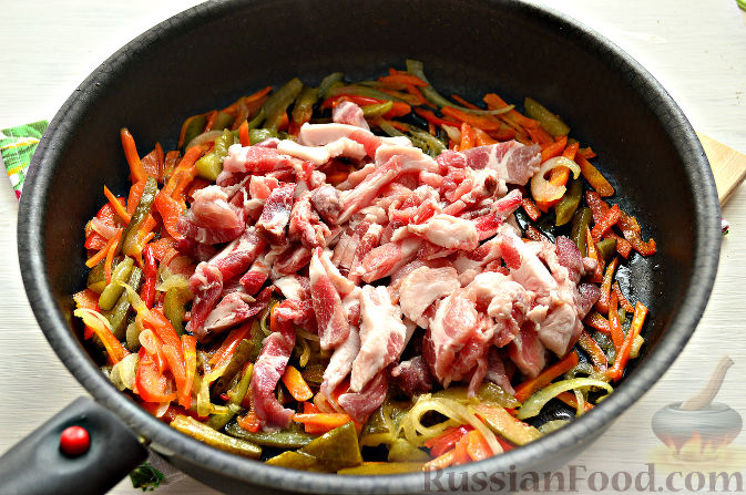 Фото приготовления рецепта: Мясо, тушенное с тыквой в сливках - шаг №8
