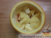 Фото приготовления рецепта: Фруктовый салат в апельсине - шаг №8