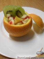 Фото приготовления рецепта: Фруктовый салат в апельсине - шаг №10
