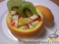Фото приготовления рецепта: Фруктовый салат в апельсине - шаг №12