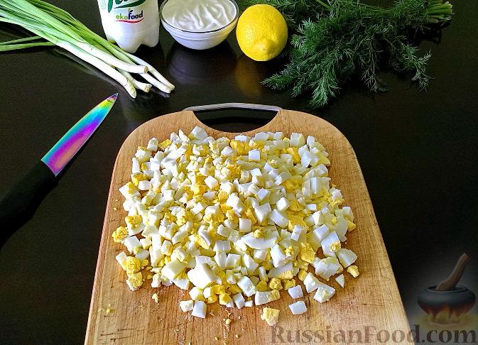 Фото приготовления рецепта: Рулетики из индейки с грибами, яйцами и сыром, запечённые в сметане - шаг №15