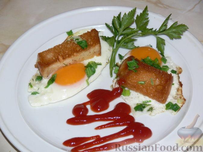 Фото приготовления рецепта: Тёплый салат из куриной печени с яблоком и виноградом - шаг №8