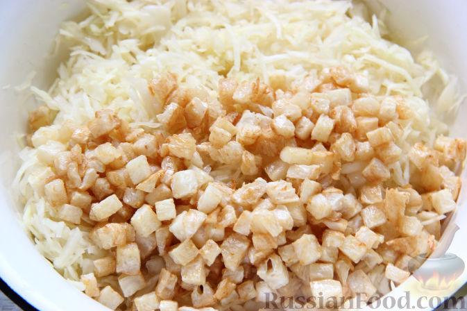 Фото приготовления рецепта: Салат с курицей, ананасами, капустой и сельдереем - шаг №5
