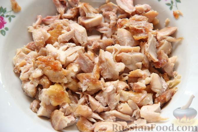 Фото приготовления рецепта: Салат с курицей, ананасами, капустой и сельдереем - шаг №6