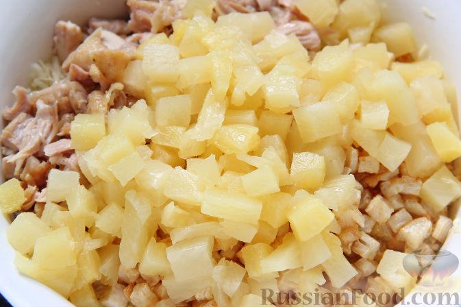 Фото приготовления рецепта: Салат с курицей, ананасами, капустой и сельдереем - шаг №7