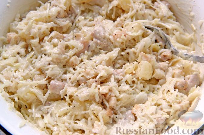 Фото приготовления рецепта: Салат с курицей, ананасами, капустой и сельдереем - шаг №9