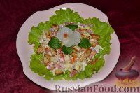 Фото к рецепту: Вкусный салат с ветчиной, сыром, помидорами и сухариками