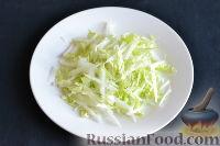 Фото приготовления рецепта: Салат из пекинской капусты с яблоком и морковью - шаг №2