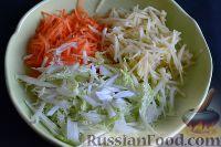 Фото приготовления рецепта: Салат из пекинской капусты с яблоком и морковью - шаг №5