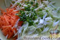 Фото приготовления рецепта: Салат из пекинской капусты с яблоком и морковью - шаг №7
