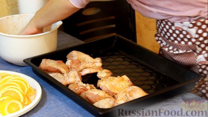 Фото приготовления рецепта: Курица, запеченная с травами и цитрусами - шаг №7