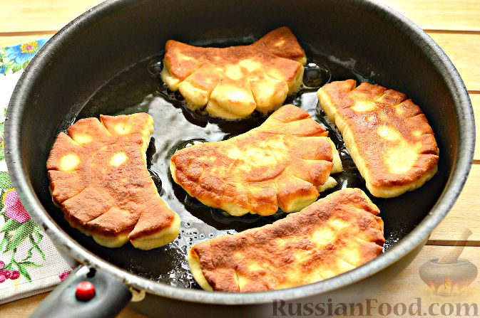 Фото приготовления рецепта: Пирожки с яйцом и зелёным луком (в духовке) - шаг №8