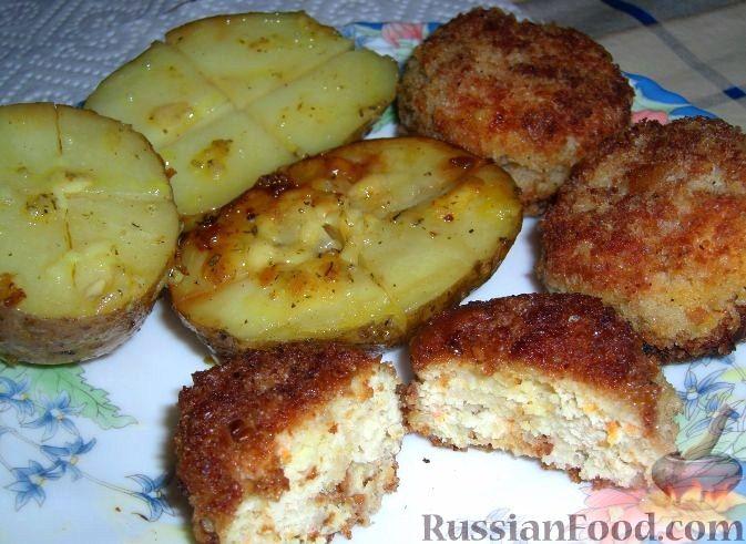 Рецепт Сочные куриные котлетки в панировке и печеная картошка с чесноком