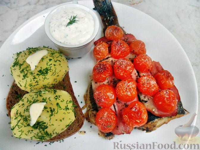 Рецепт Камбала, запеченная под грудинкой и помидорами черри, с картофелем и белым соусом