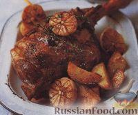 Фото к рецепту: Баранья нога, запеченная с картофелем и чесноком