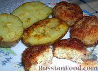 Фото к рецепту: Сочные куриные котлетки в панировке и печеная картошка с чесноком