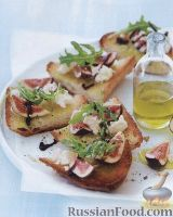 Фото к рецепту: Жареная чиабатта с зеленью, инжиром и сыром