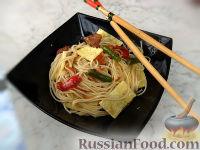 Фото к рецепту: Лапша сомен с курицей, овощами и омлетом