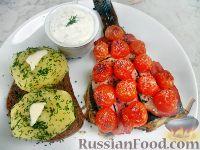Фото к рецепту: Камбала, запеченная под грудинкой и помидорами черри, с картофелем и белым соусом