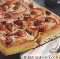 Фото к рецепту: Пицца с копчеными колбасками, сыром и помидорами
