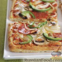 Фото к рецепту: Пицца с салями, луком, грибами и болгарским перцем