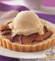 Фото к рецепту: Песочные коржики со сливами и мороженым
