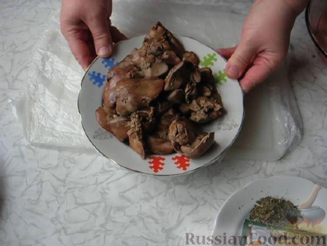 Фото приготовления рецепта: Рулет из лаваша с сельдью, свёклой, морковью и картофелем - шаг №11