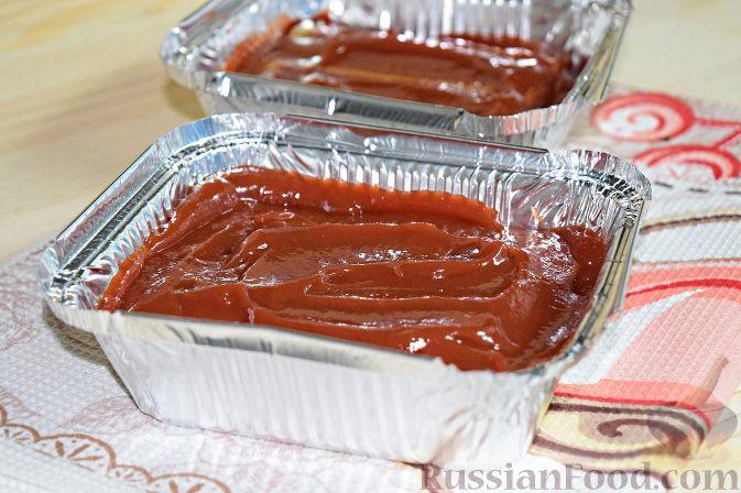 Фото приготовления рецепта: Мясные тефтели с начинкой из целых шампиньонов, запечённые в томатном соусе - шаг №7