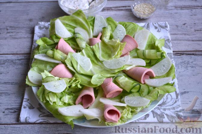 Фото приготовления рецепта: Салат с колбасой - шаг №7