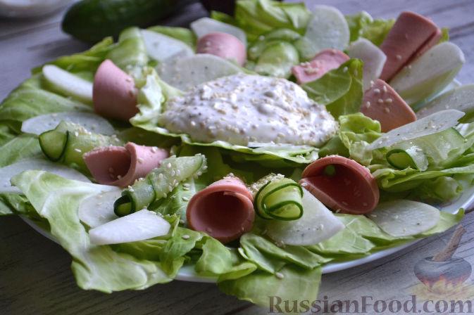Фото приготовления рецепта: Салат с колбасой - шаг №9