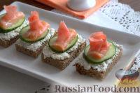 Фото к рецепту: Канапе с лососем и маринованным имбирем