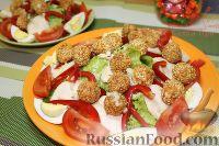 """Фото к рецепту: Салат """"Брут"""" с куриной грудкой и сырными шариками"""