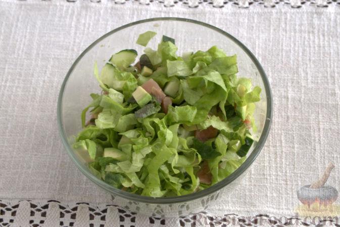 Фото приготовления рецепта: Салат с фасолью, помидорами и сладким перцем - шаг №4