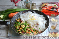 Фото приготовления рецепта: Фунчоза с курицей и овощами - шаг №11