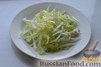 Фото приготовления рецепта: Салат из пекинской капусты, со свежим огурцом и кукурузой - шаг №2