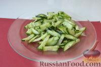 Фото приготовления рецепта: Салат из пекинской капусты, со свежим огурцом и кукурузой - шаг №3