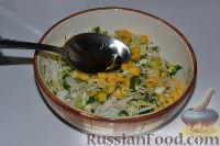 Фото приготовления рецепта: Салат из пекинской капусты, со свежим огурцом и кукурузой - шаг №11