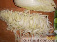 Фото приготовления рецепта: Салат из пекинской капусты и кукурузы - шаг №2
