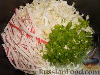 Фото приготовления рецепта: Салат из пекинской капусты и кукурузы - шаг №5