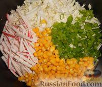 Фото приготовления рецепта: Салат из пекинской капусты и кукурузы - шаг №6
