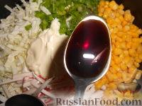 Фото приготовления рецепта: Салат из пекинской капусты и кукурузы - шаг №8