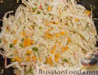 Фото приготовления рецепта: Салат из пекинской капусты и кукурузы - шаг №9