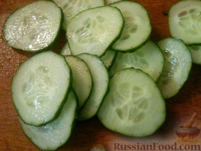 Фото приготовления рецепта: Салат из редьки, огурцов и яиц - шаг №5