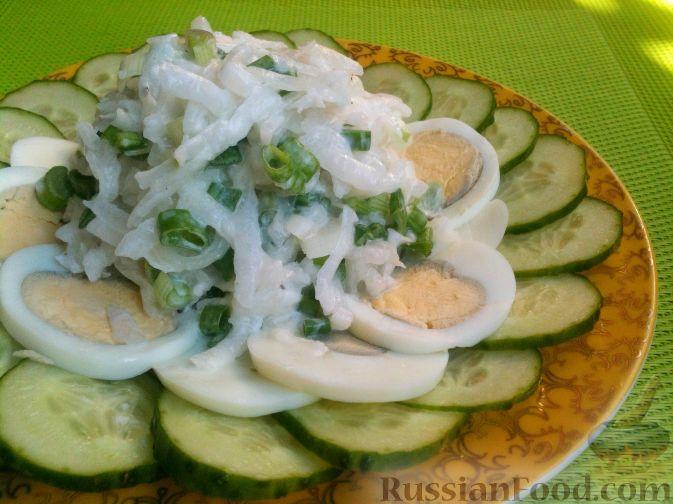 Фото приготовления рецепта: Салат из редьки, огурцов и яиц - шаг №7