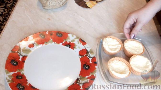 Фото приготовления рецепта: Слоёный салат с крабовыми палочками, ветчиной, плавленым сыром и яблоком - шаг №16